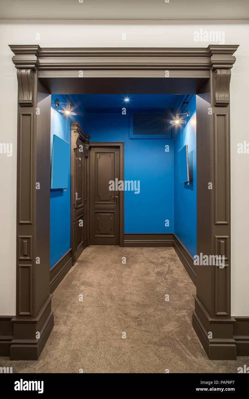 https www alamyimages fr couloir lumineux dans un hotel avec des murs bleu et blanc beige et un tapis au sol il y a deux entree marron portes des chambres lumineux des lampes image213160815 html