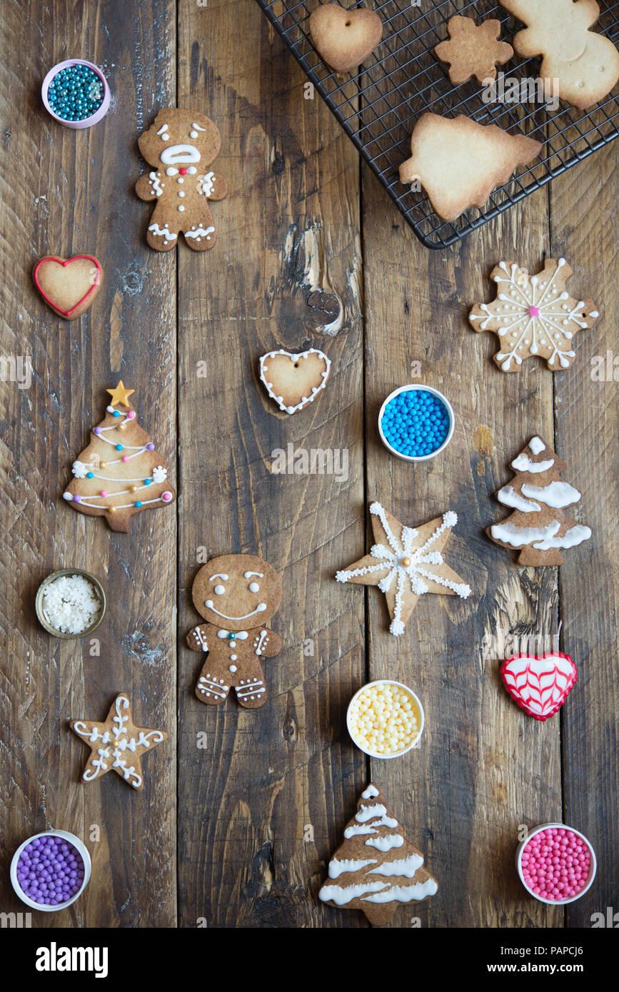 Décoré et inachevé gingerbread cookies sur bois Photo Stock