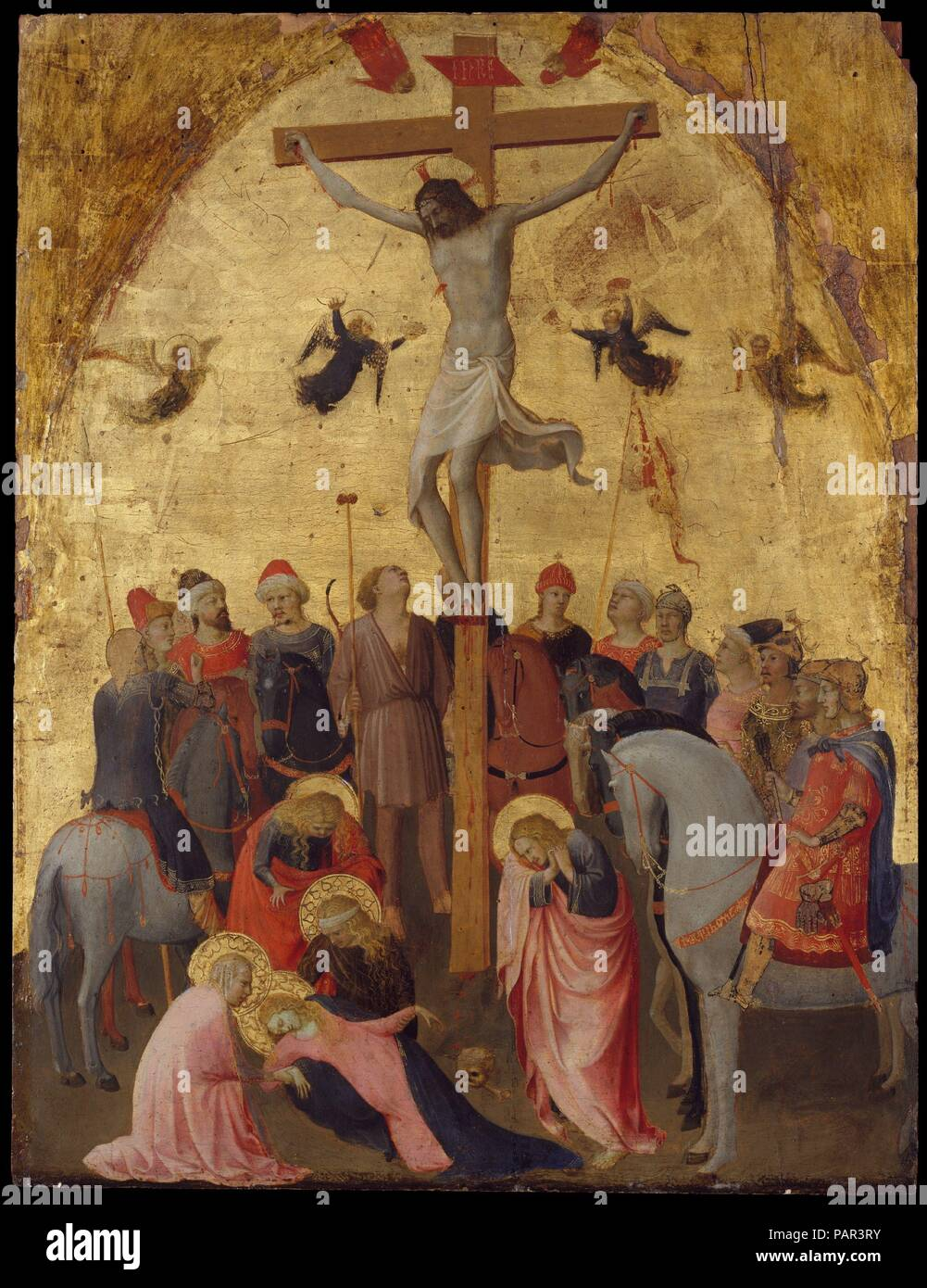 La Crucifixion. Artiste: Fra Angelico (Guido di Pietro (Italien), Vicchio di Mugello ca. Rome 1395-1455). Dimensions: 25 1/8 x 19 in. (63,8 x 48,3 cm). Date: ca. 1420-23. Ces premiers travaux de Fra Angelico accentue le drame de la Crucifixion en montrant la Vierge s'est effondré dans la douleur avec les Maries et soulignant l'lamenter diverses attitudes des soldats romains et leurs chevaux. Il y a une délicatesse exquise sur ce travail que Fra Angelico va se développer dans ses peintures à maturité. La composition circulaire innovante a été inspiré par les portes en bronze créé par Lorenzo Ghiberti, pour le BAP Banque D'Images