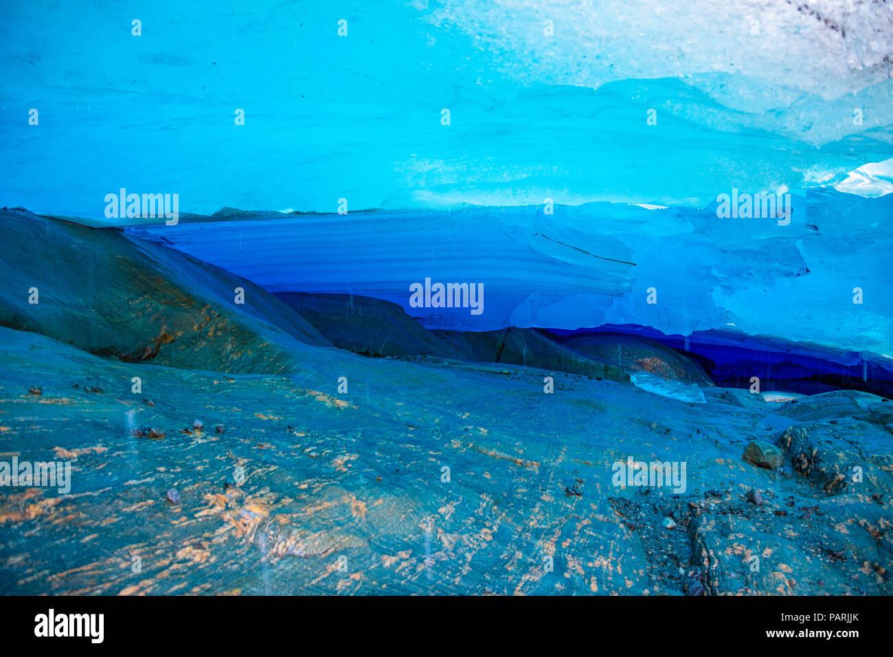 Grotte de glace bleu glacier Svartisen, Norvège Photo Stock