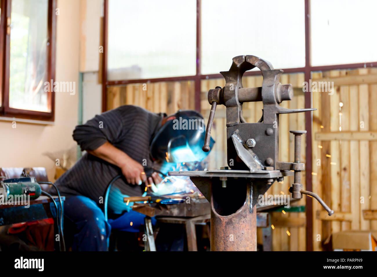 Dans l'outil industriel vice atelier pour appuyer le travail acharné. Outil pour le travail des métaux, la fixation et le serrage Photo Stock