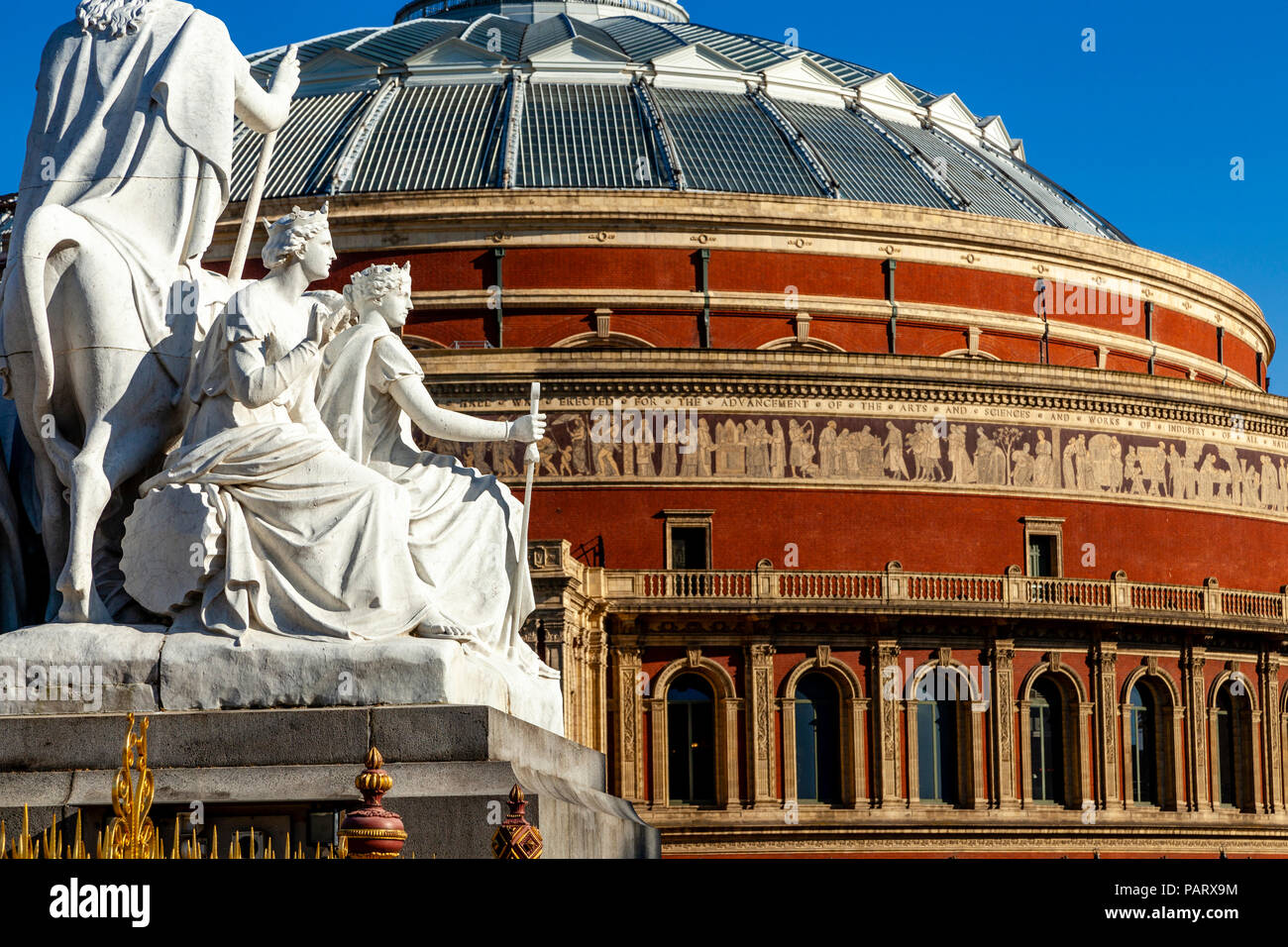L'Albert Memorial Statue et Royal Albert Hall, Kensington Gardens, London, UK Photo Stock