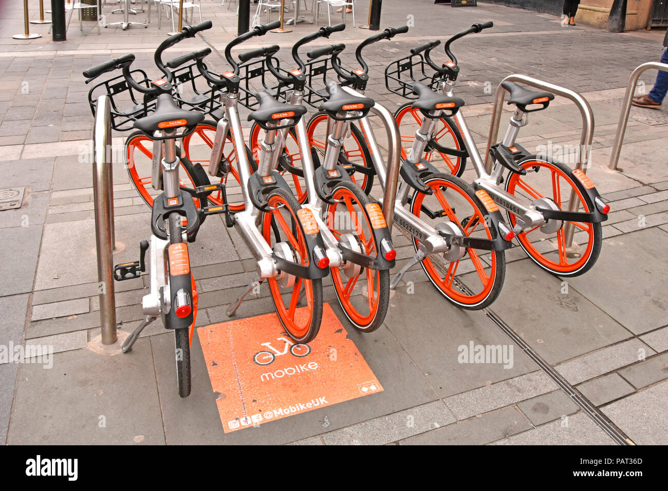 En dehors de la Newcastle upon Tyne gare Mobike stationnement préférentiel pour cycle vélo location de vélos scheme contrôlé via apps pour téléphone & Internet UK Photo Stock