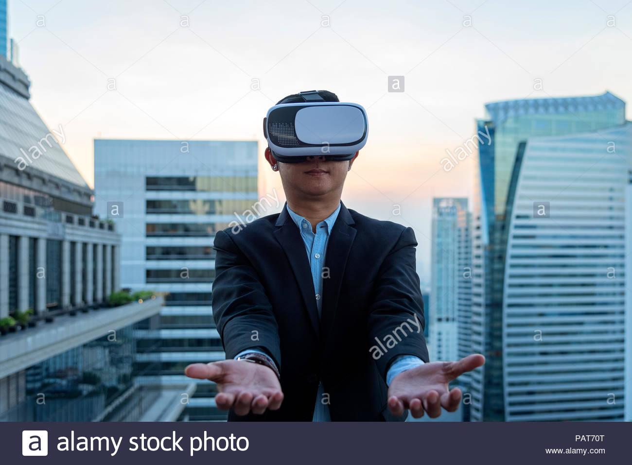 Simulation Concept Entreprise, Smart businessman en costume porter des lunettes  vr avec arrière-plan 278ed3703bc3