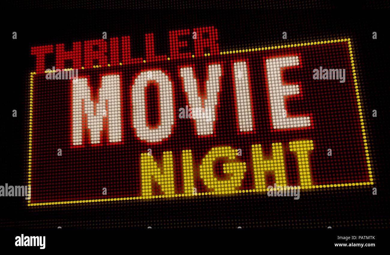 Thriller film rétro éclairé de nuit intro lettres néon sur grand écran avec de grands pixels. La lumière vive du texte sur l'affichage des ampoules. Annonce d'événements de divertissement Photo Stock