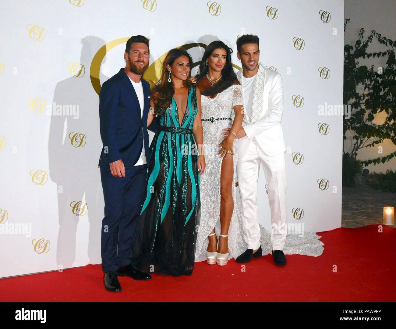 Soccerplayer Leo Messi et femme Antonella Roccuzzo lors de Cesc et Daniella  postwedding partie à Ibiza d206d6f307d