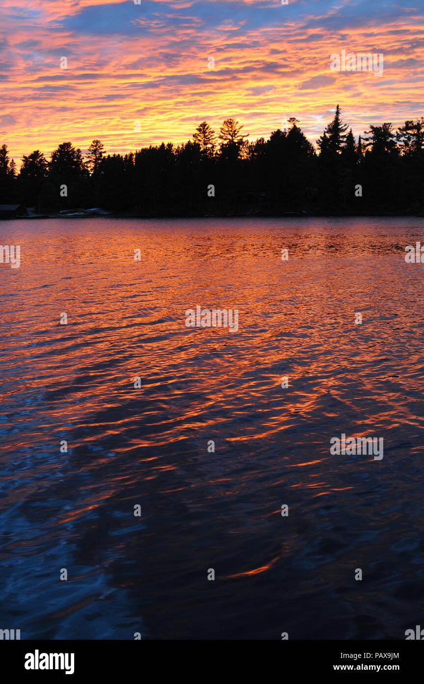 Coucher du soleil sur un lac dans la Boundary Waters Canoe Area près de Ely, Minnesota, USA Banque D'Images