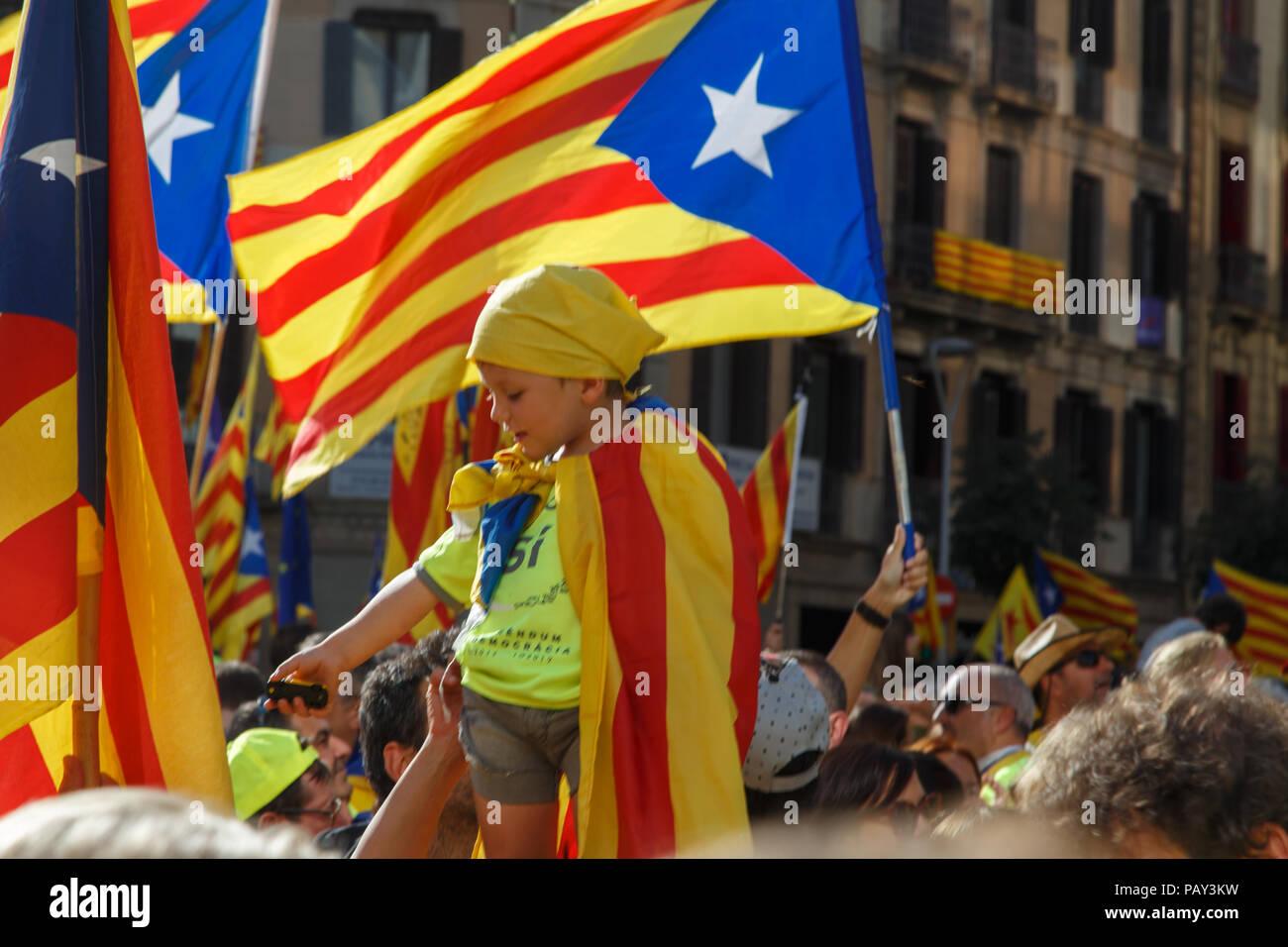 Barcelone, Catalogne, Espagne, le 11 septembre 2017: les gens sur rue à une émeute au cours de la journée nationale de la Catalogne claming pour l'indépendance de la Catalogne à Photo Stock