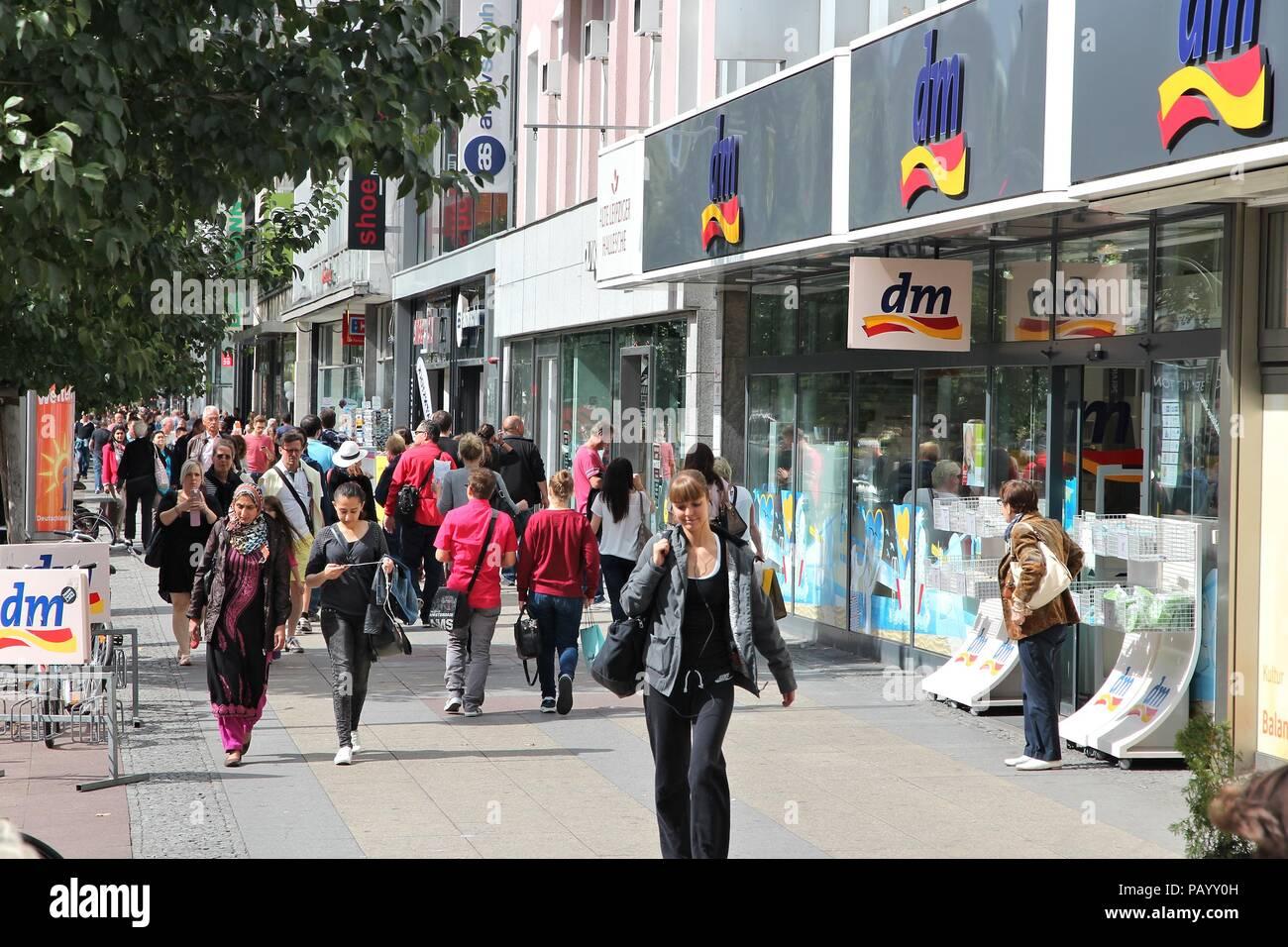 BERLIN, ALLEMAGNE - 27 août 2014   les gens marchent par DM cosmetic store à 107f7787c902