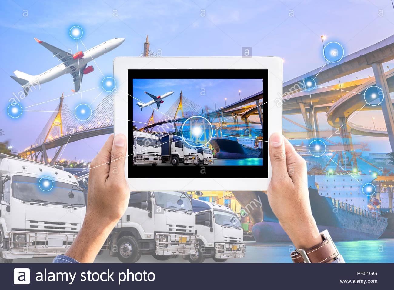 Main tenant comprimé avec de l'interface de l'écran à l'avant des emballages industriels Logistique Fret Fret expédition rapide ou instantané, les commandes de biens en ligne worldwid Photo Stock