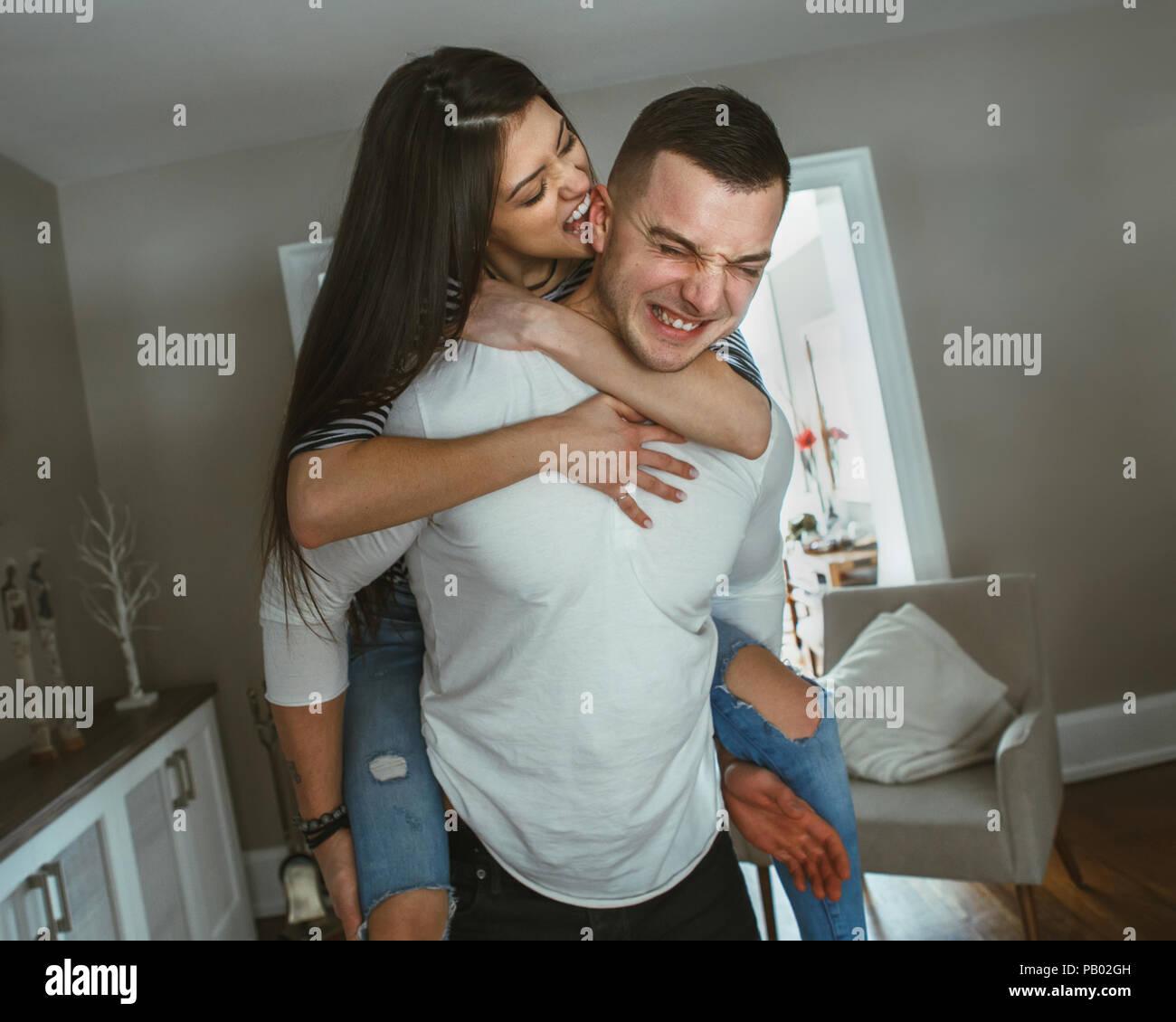 Portrait de jeune belle funny couple homme femme dans l'amour des caresses, des baisers, ferroutage, s'amusant à l'intérieur à la maison, avec des filtres. Photo Stock