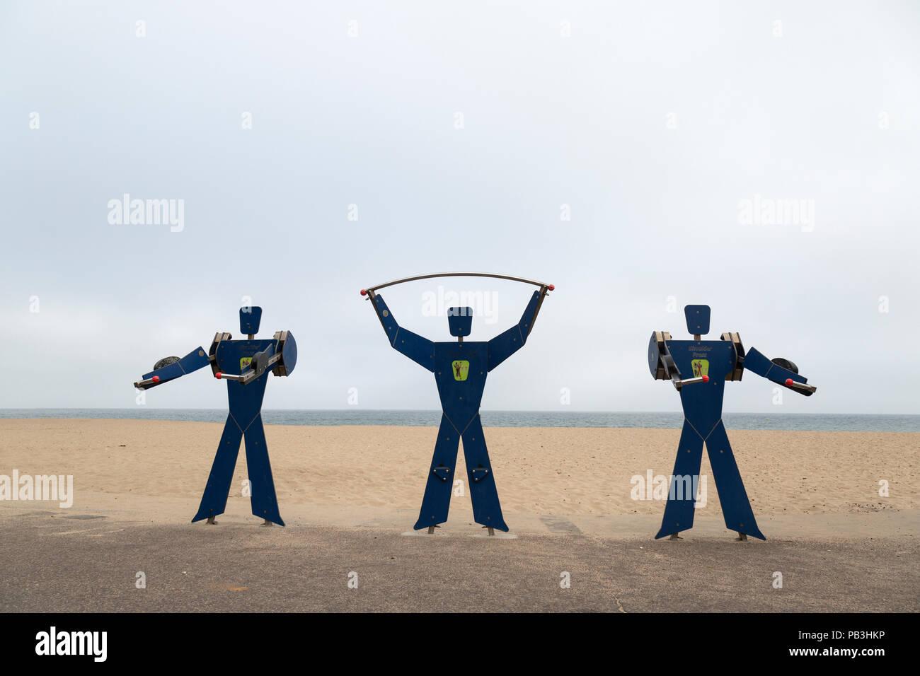L'équipement d'exercice en forme de figures humaines sur le front de mer à Bournemouth, Angleterre, Royaume-Uni. Photo Stock
