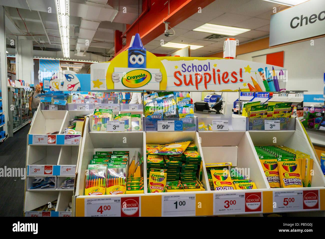 82f0350fad Retour à l'école de Crayola shopping fournitures sont vus dans un magasin  Staples à