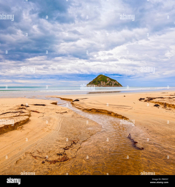 Moturoi Anaura Bay, île, Gisborne, Nouvelle-Zélande, sous un ciel de Moody. Photo Stock