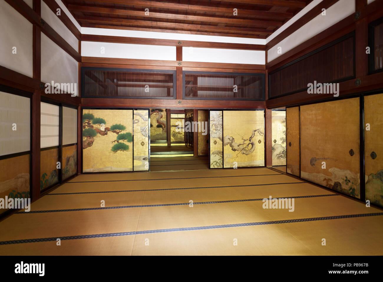 Chambre traditionnelle japonaise avec portes coulissantes d ...