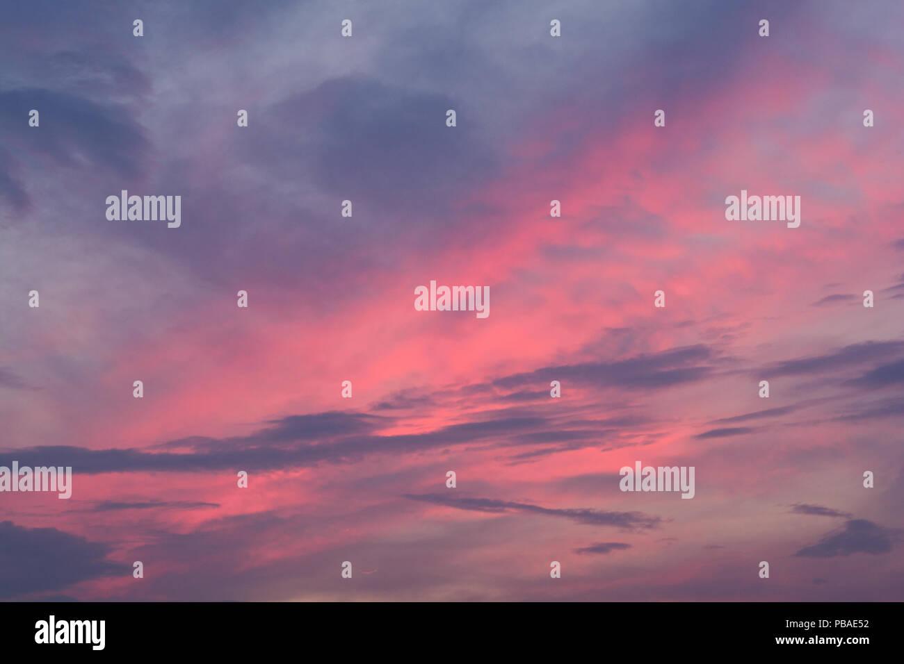 Melange Orange Et Rose fiery spectaculaire coucher du soleil ciel dans un mélange