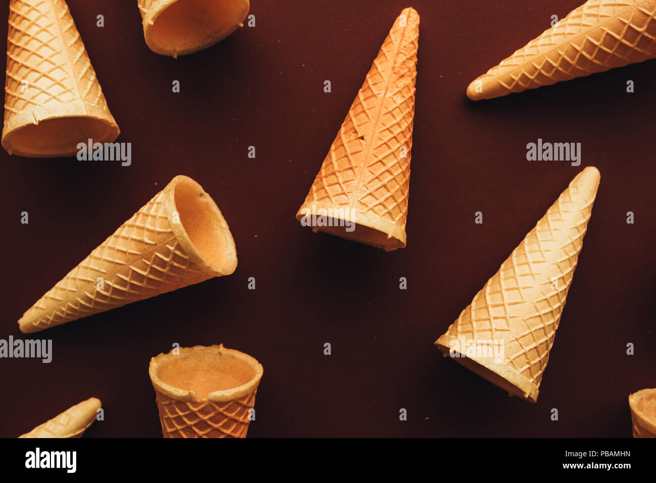 Ice cream cones d'au-dessus, un minimum de mise à plat la composition avec copie espace Photo Stock