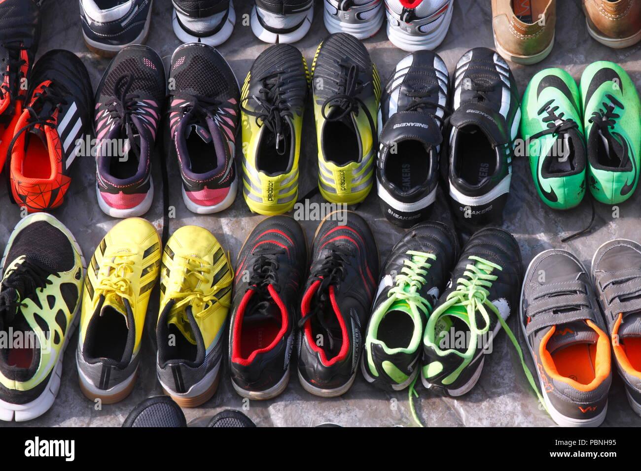 Marché Colorées Aux Chaussures Étal Sur PucesBrême De Sport Un v6bf7Ygy