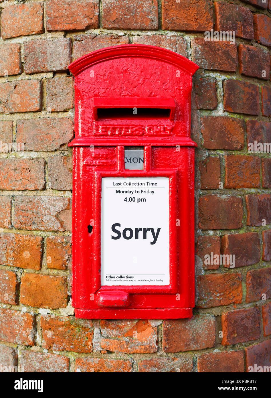 British Post box avec un message qui dit désolé, idéal pour une carte de voeux design Photo Stock