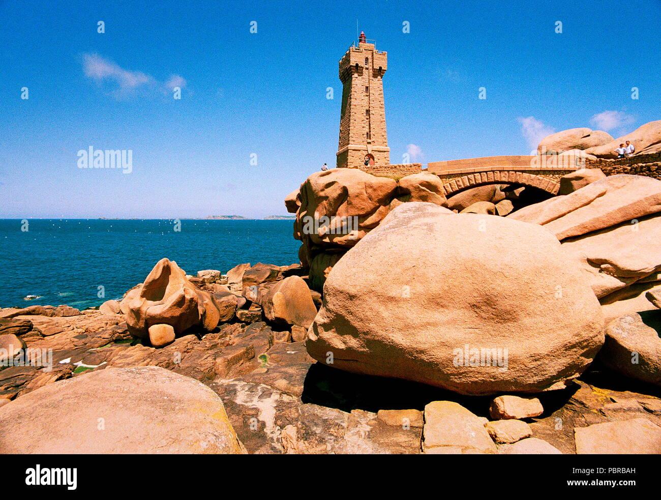 AJAXNETPHOTO. PLAGE DE TRÉGASTEL, FRANCE - BRETAGNE - LE PHARE, PHARE DE ROS PLUS D'EXPÉDITION MET EN GARDE DES DANGERS DE CETTE CÔTE rocheux de granit. PHOTO:JONATHAN EASTLAND/AJAX REF:546617C1/11 Photo Stock