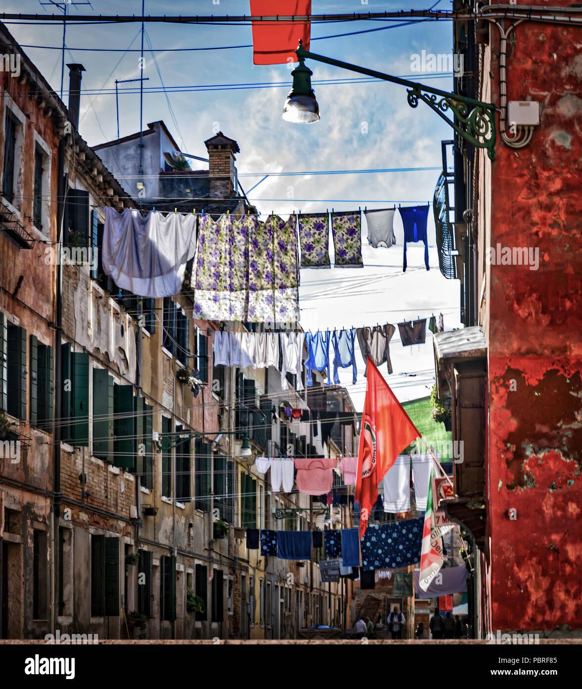 Chaque jour est jour de lessive qui peut faire une vue intéressante lorsque tout le quartier coordonne la journée Photo Stock