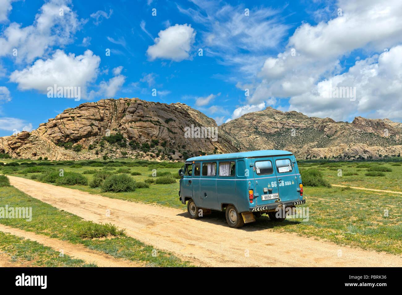 UAZ quatre roues motrices sur le chemin de la montagne de Khugnu Khan, Khögnö Khan Uul, parc national de Bulgan Mongolie, province Photo Stock