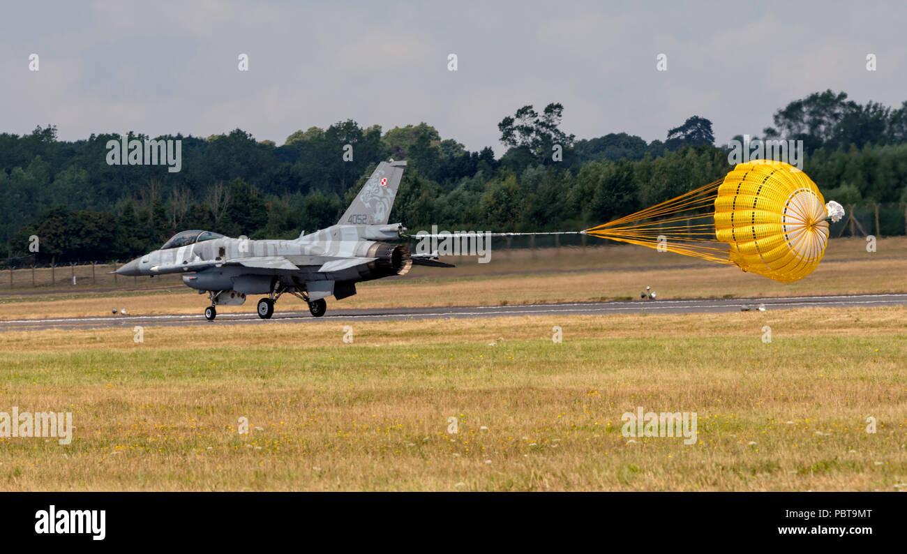 F-16C Fighting Falcon, armée de l'Air polonaise, le Tigre, à l'atterrissage en parachute déployé Banque D'Images