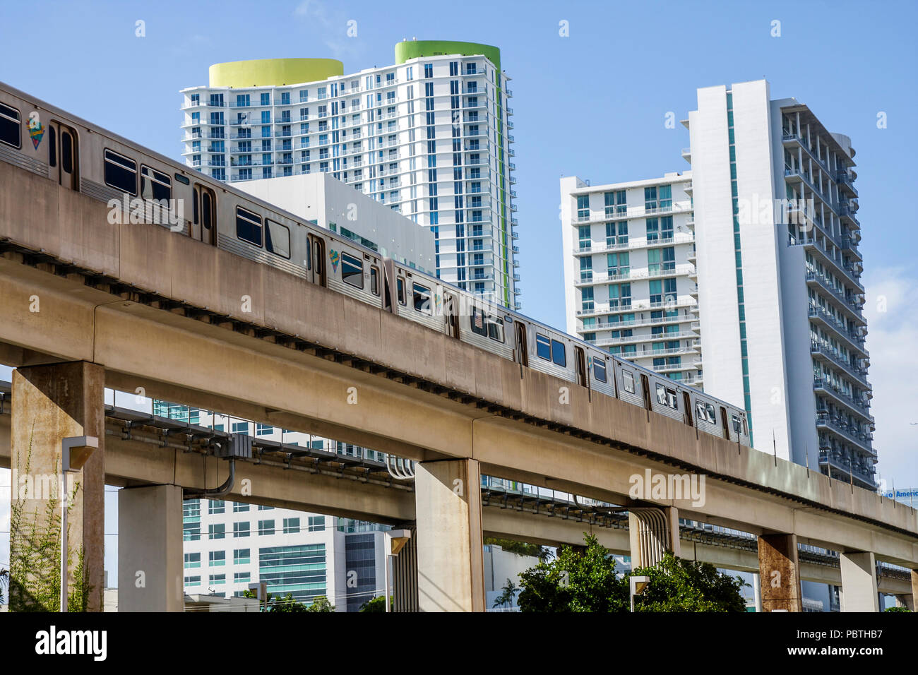 Miami Floride quartier Brickell Metrorail bâtiments des tours d'habitation de la famille multi-condos appartements architecture moderne du vrai Photo Stock