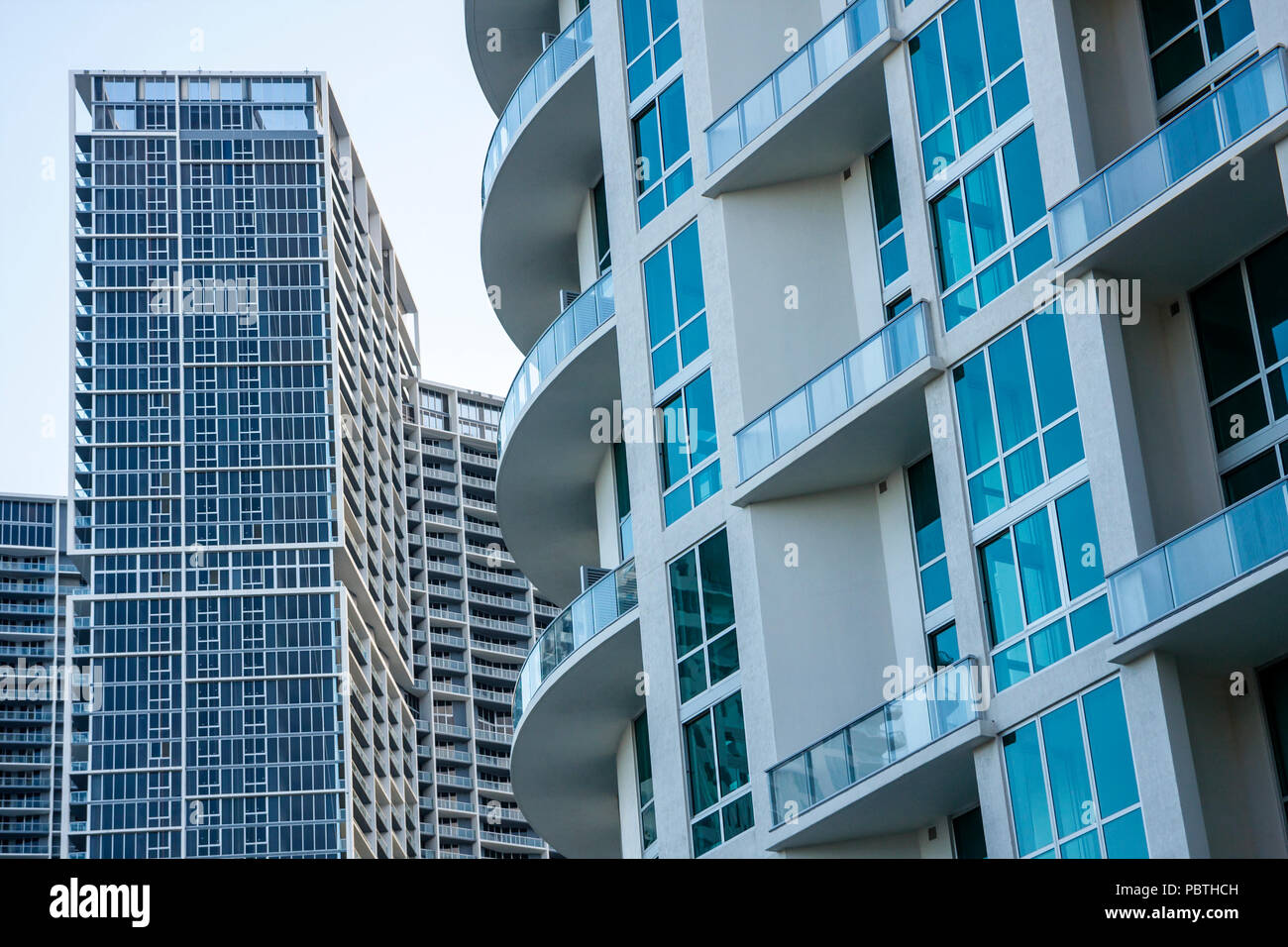Bâtiment du centre-ville de Miami en Floride des tours d'habitation de la famille multi-fenêtres balcons condominiums appartements architecture moderne re Photo Stock