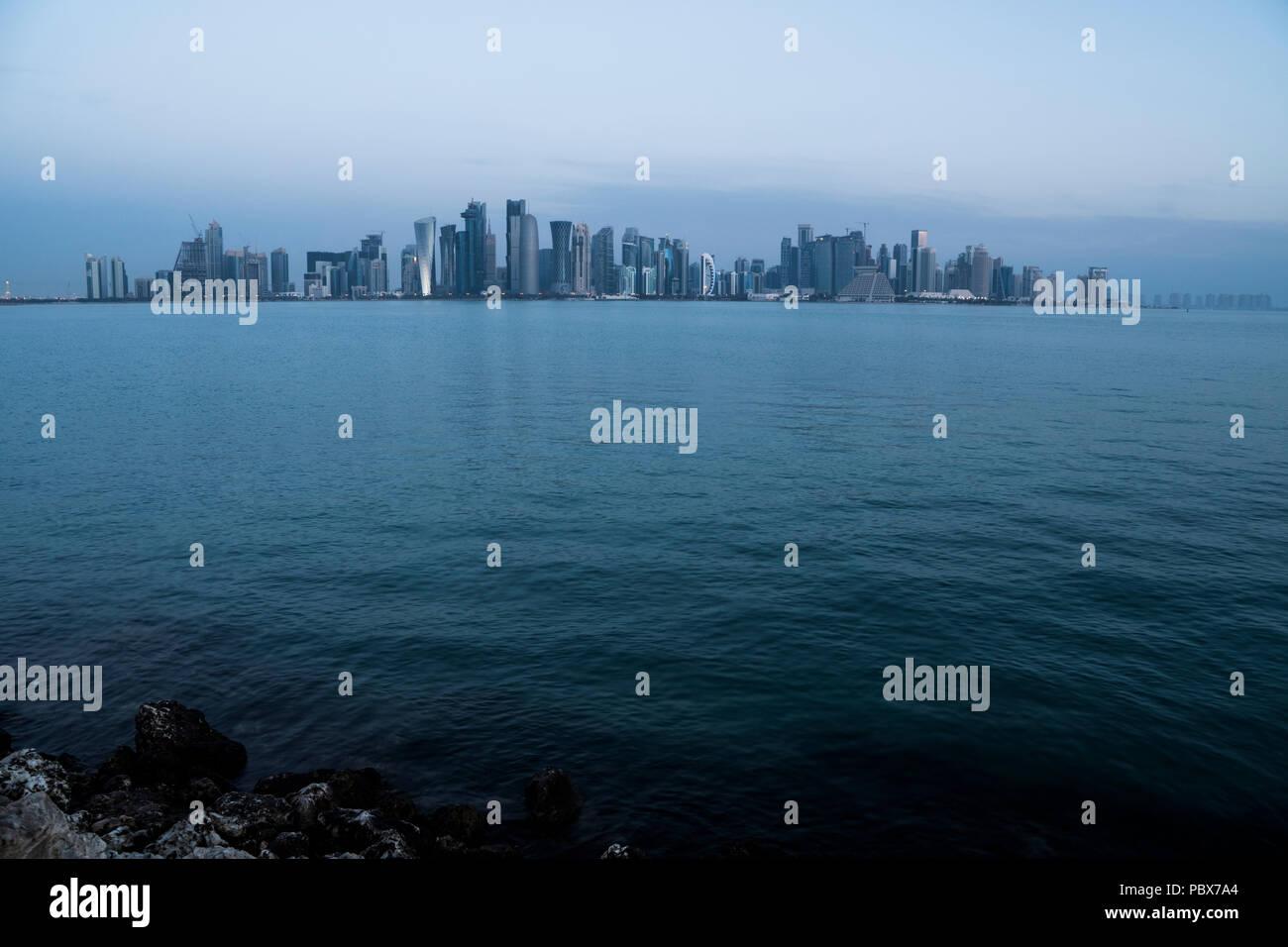 Aube Vue sur la ville de Doha. Le Qatar, au Moyen-Orient Photo Stock