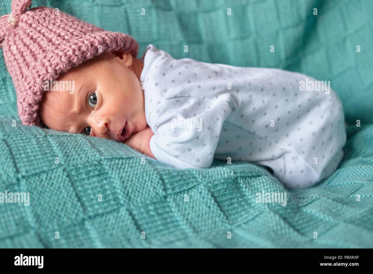 461d812ae89d1 Nouveau-né bébé fille surpris au lit. Vêtements chauds d hiver ...