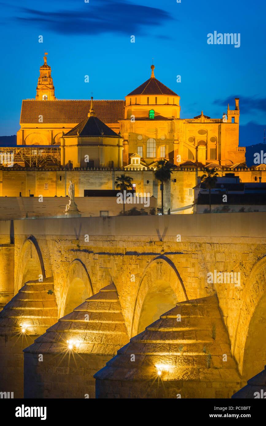 Andalousie Espagne mauresque, voir la nuit à travers le pont romain (Puente Romano) vers la Cathédrale Mosquée (La Mezquita) à Cordoue, Andalousie, espagne. Photo Stock