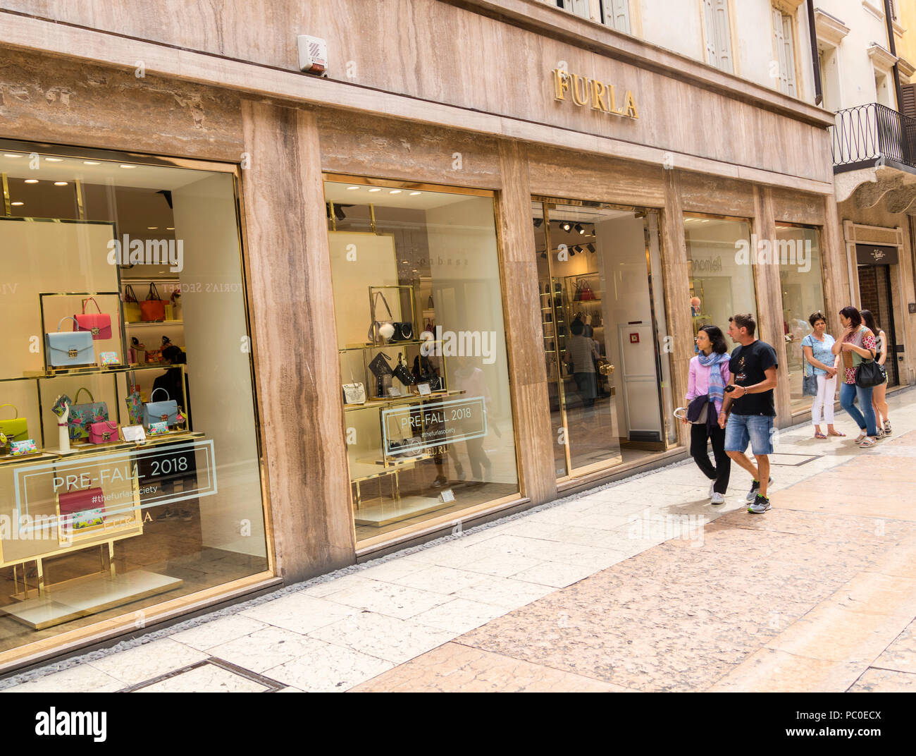 eb939ef5a26df Sacs à main de luxe boutique marque Furla store Vérone Italie Banque ...
