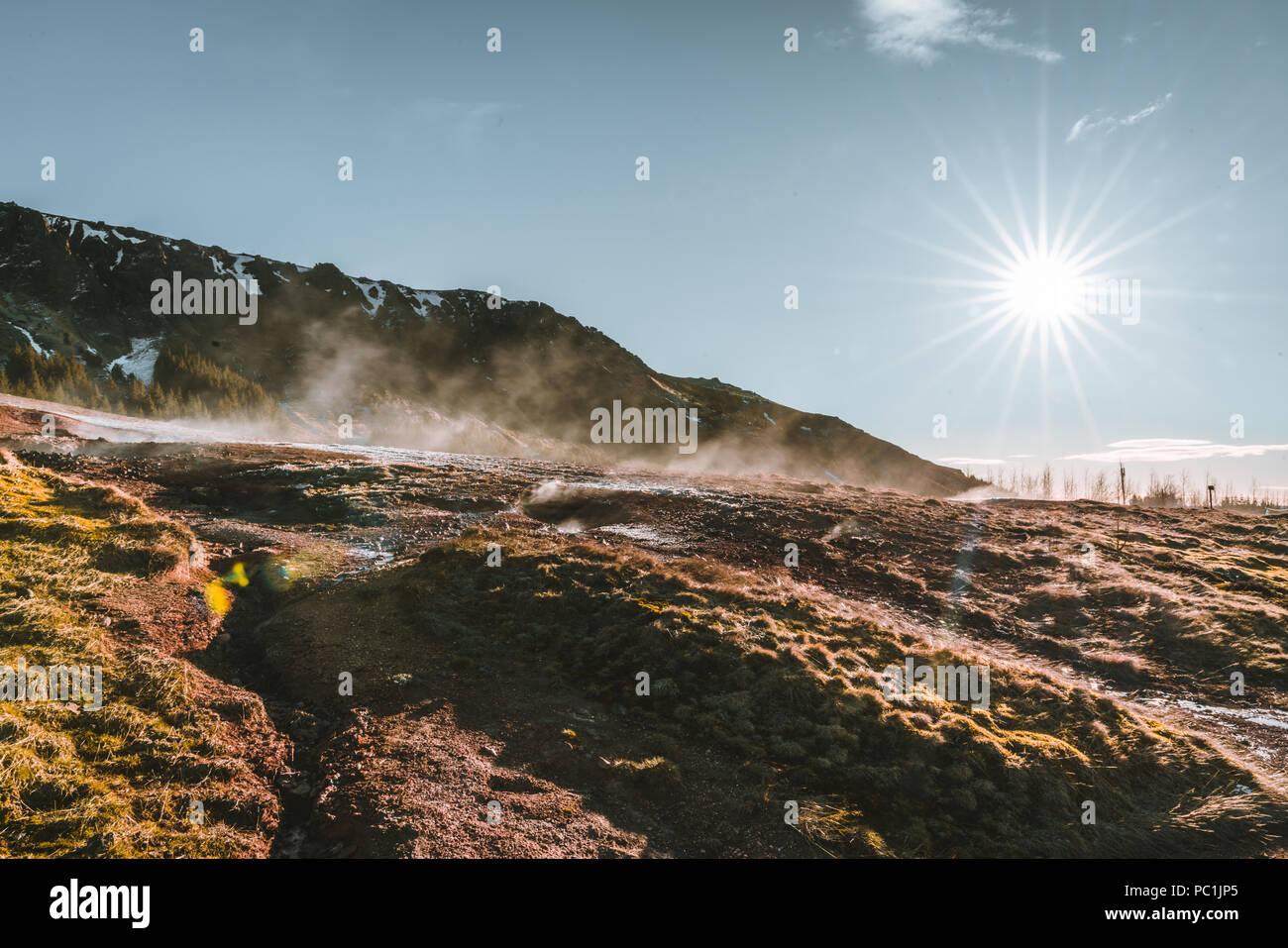 L'eau bouillante et de la boue dans la zone géothermique de la vallée de Reykjadalur dans le sud de l'Islande Photo Stock
