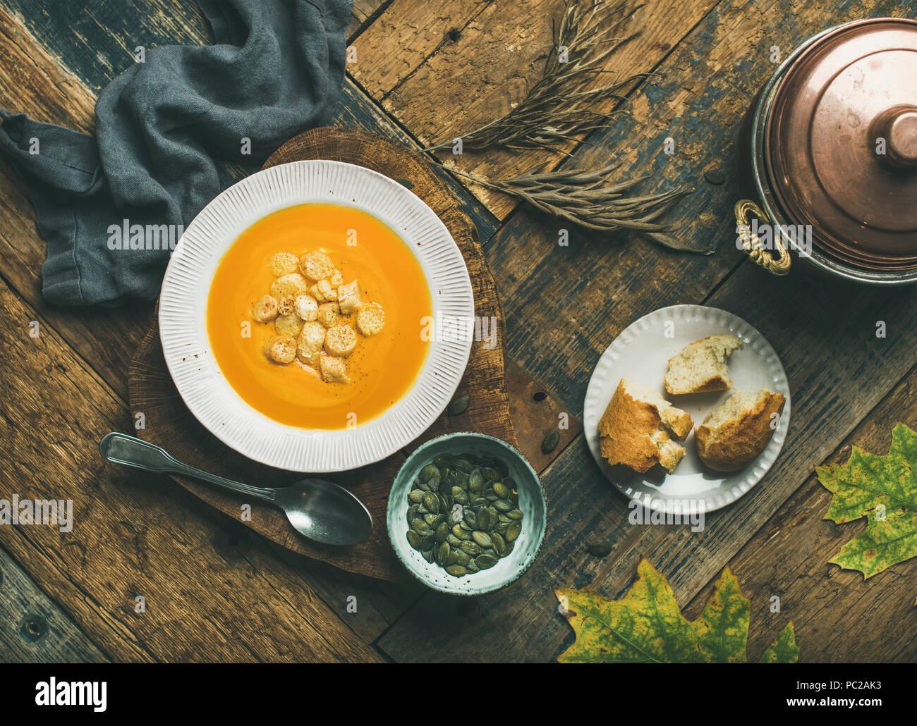 Potage à la citrouille de réchauffement avec des croûtons et des semences Photo Stock