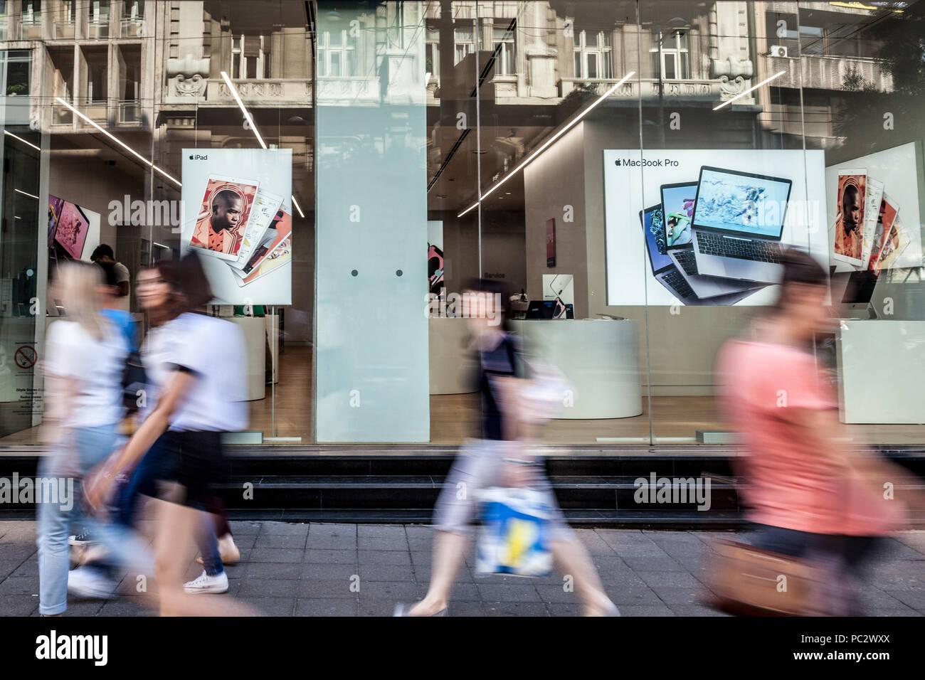 BELGRADE, SERBIE - 11 juillet 2018: le logo Apple Premium Reseller Apple Store de Belgrade avec les gens passer devant. Apple Store est une chaîne de ret Photo Stock