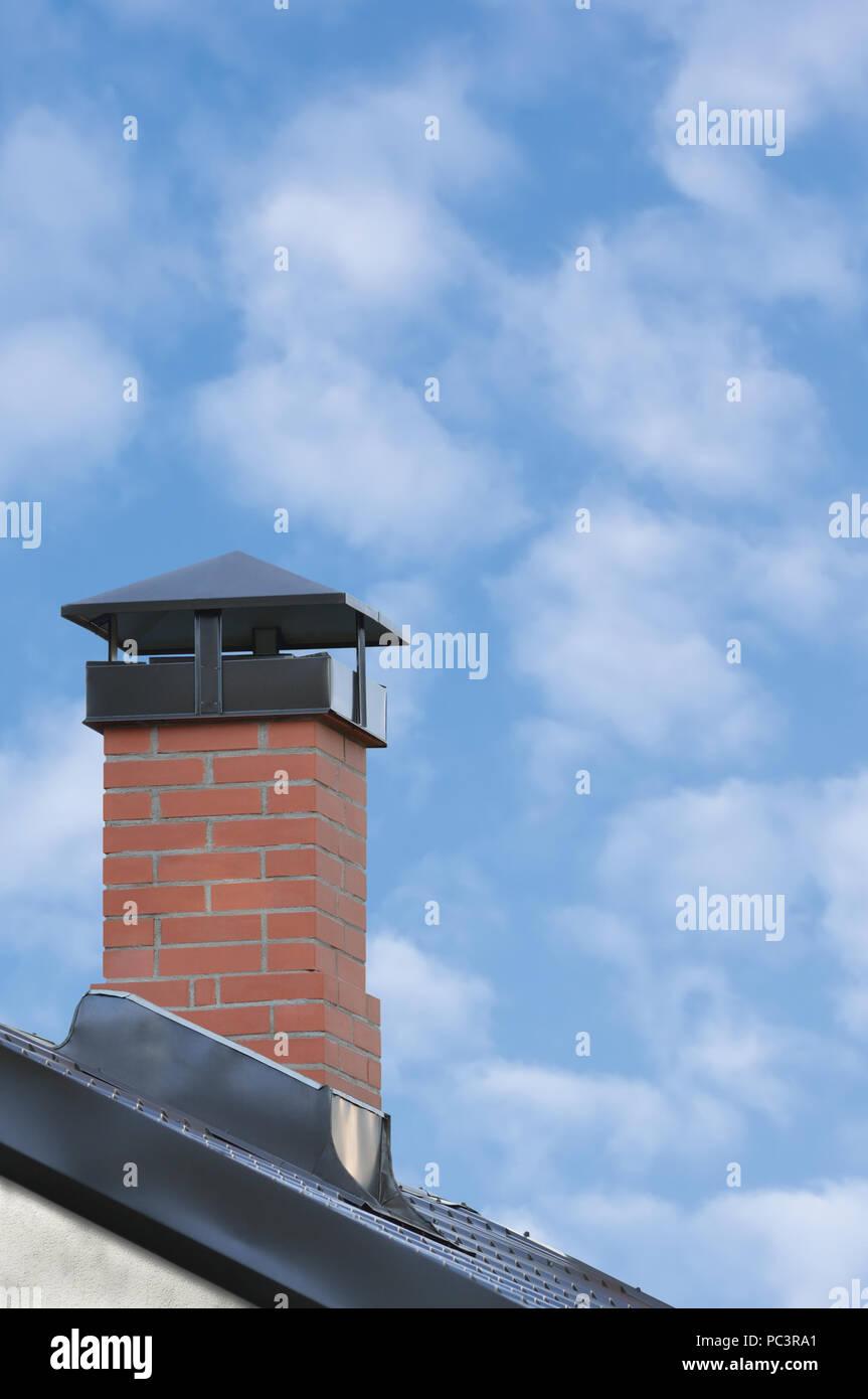 Conduit De Cheminee En Brique Rouge cheminée en brique rouge, toit de tuiles en acier gris gris