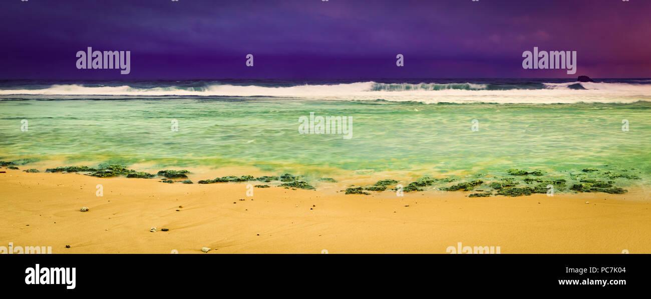 Coucher de soleil sur la mer. Un paysage extraordinaire. Sri Lanka panorama Banque D'Images