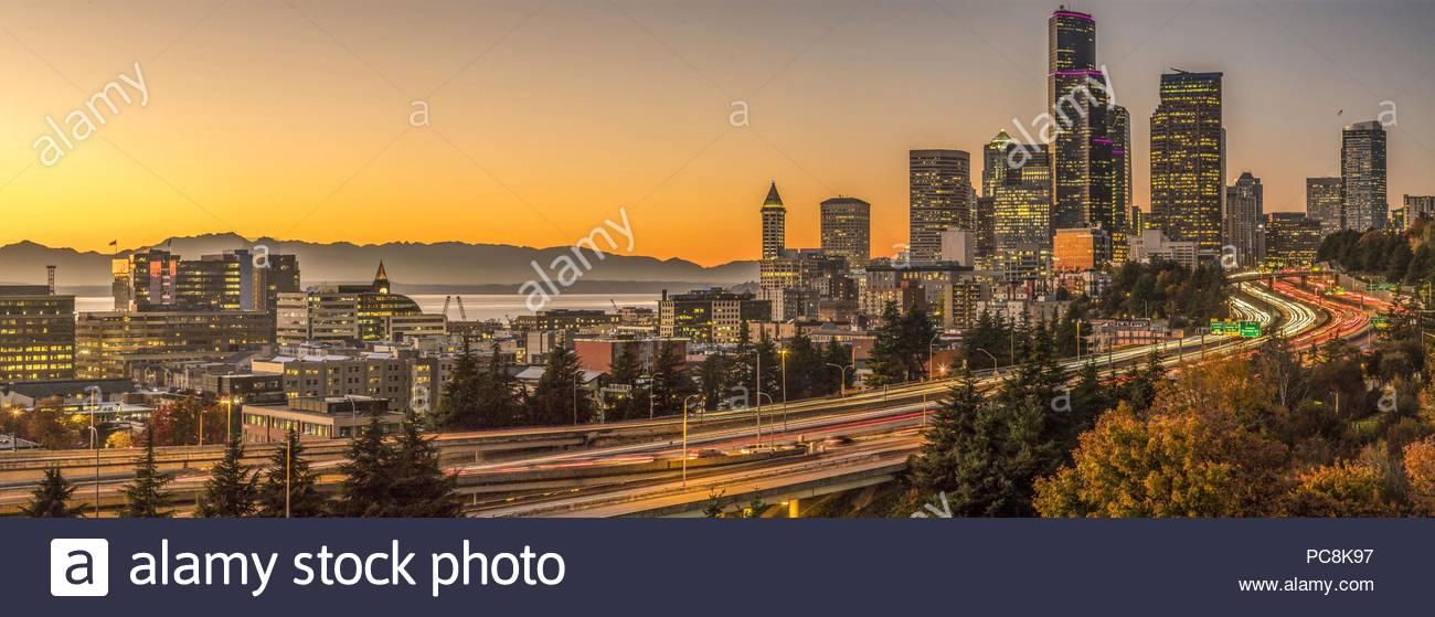 Crépuscule sur la ville et l'autoroute Interstate 5. Photo Stock