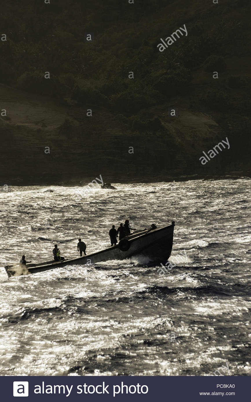 Habitants de l'île un bateau long utiliser pour transporter des marchandises entre l'île et les navires de passage. Photo Stock