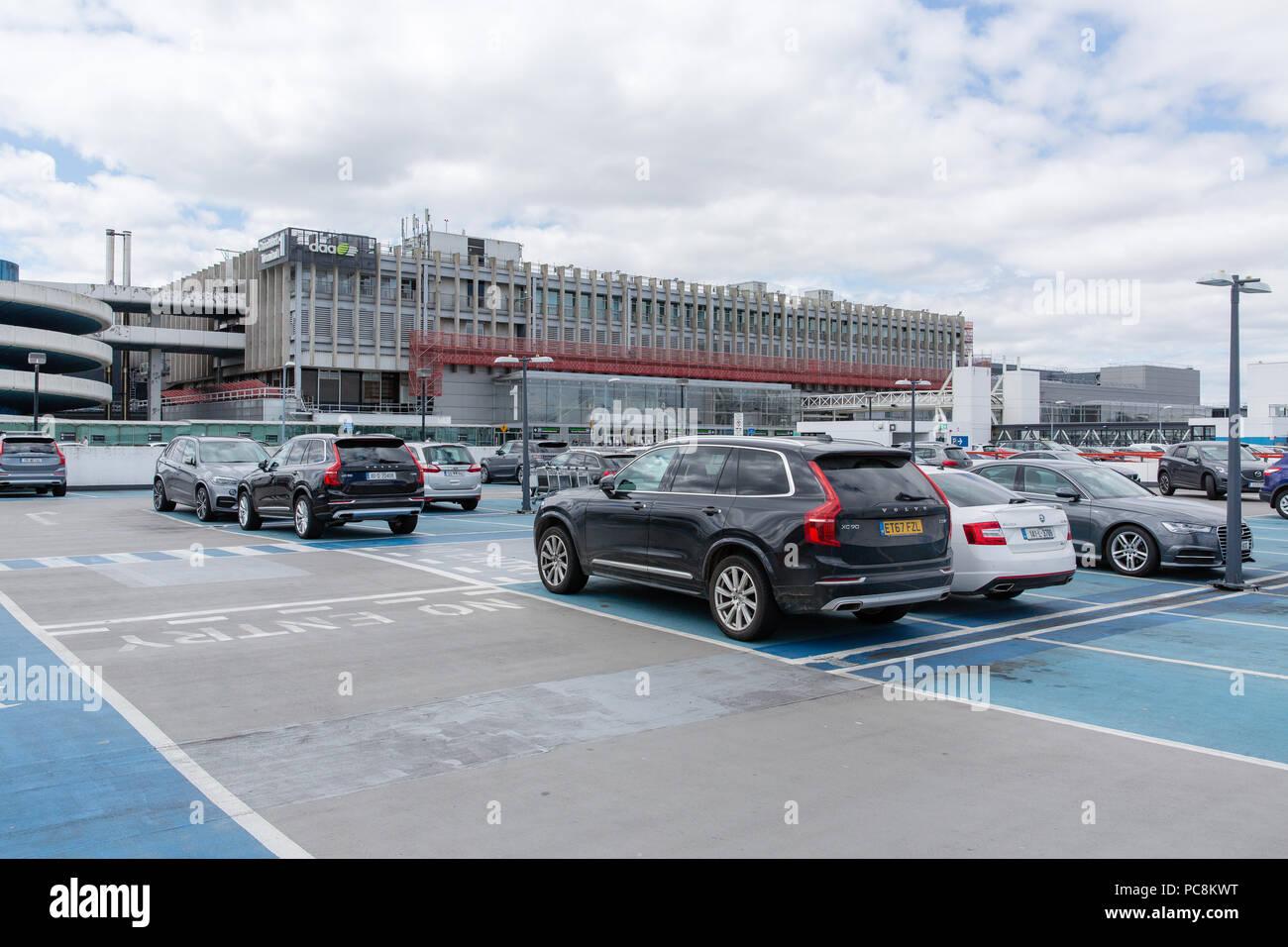 Voitures garées sur le toit du court terme parking à l'aérogare 1, l'Aéroport International de Dublin, Irlande. Photo Stock