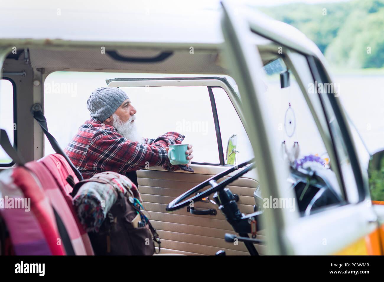 Man près de sa camionnette, prêt pour une randonnée dans les bois Photo Stock