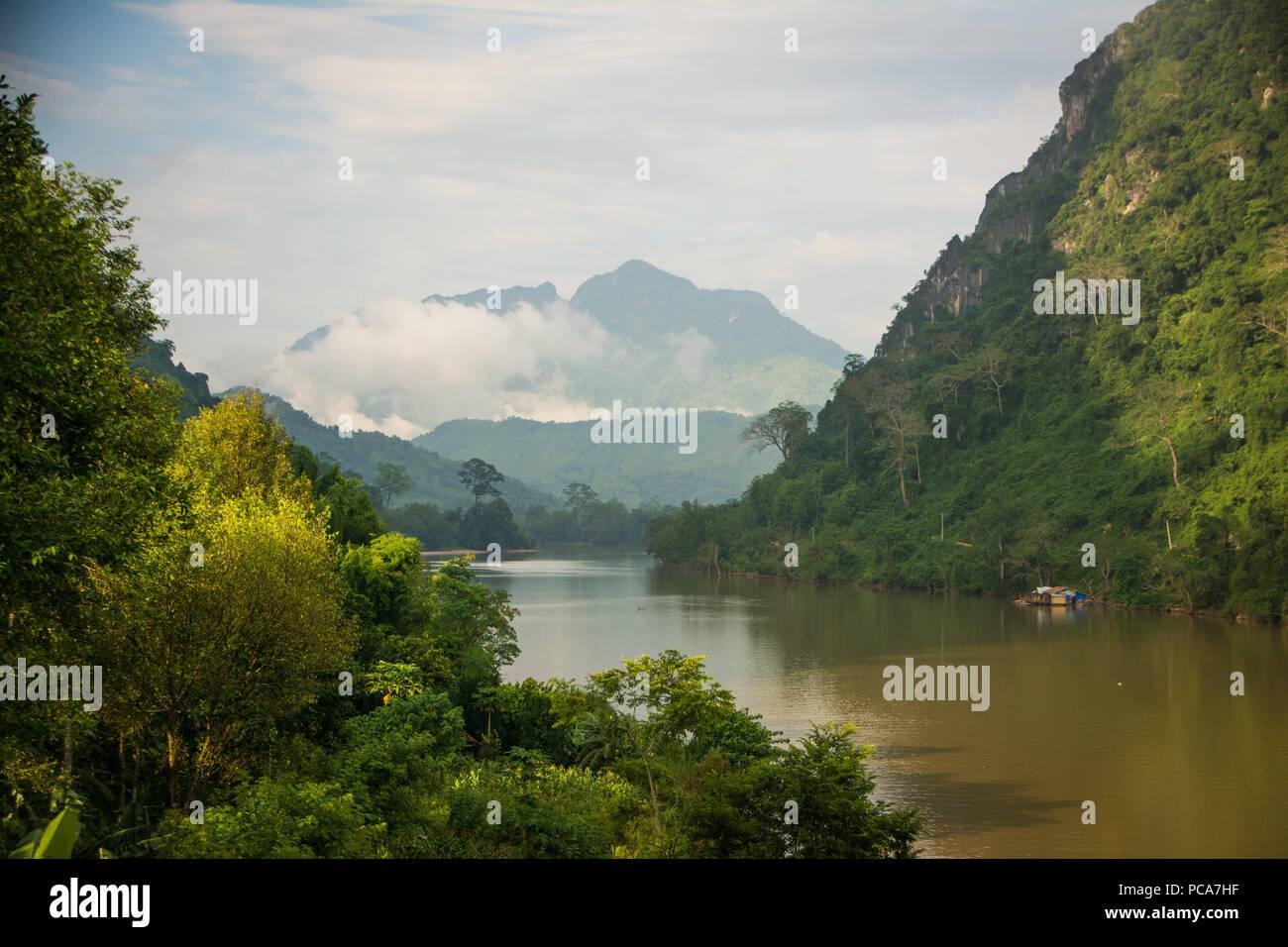 Montagnes brumeuses de Nong Khiaw, au Laos après la pluie. Photo Stock
