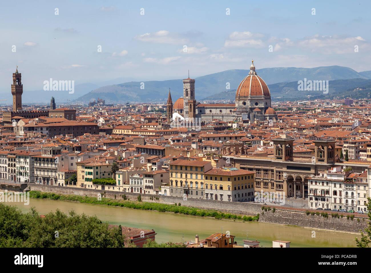 Vue prise du point de vue de la place MichelAngelo et concentrer le centre historique de Florence. Photo Stock