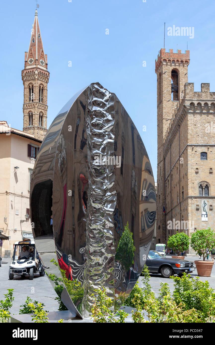 Un Helidon Xhixha CLESSIDRA: ses travaux; c'est l'audacieux (et temporaire) concertinaing entre la Florence du Moyen-Âge, la vie urbaine et de l'Art moderne Photo Stock