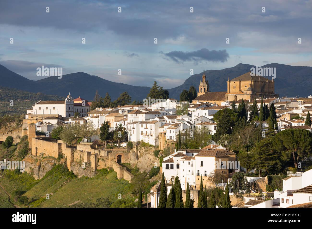 Vue sur la vieille ville blanche et la Iglesia de Santa Maria la Mayor, Ronda, Andalousie, Espagne, Europe Photo Stock