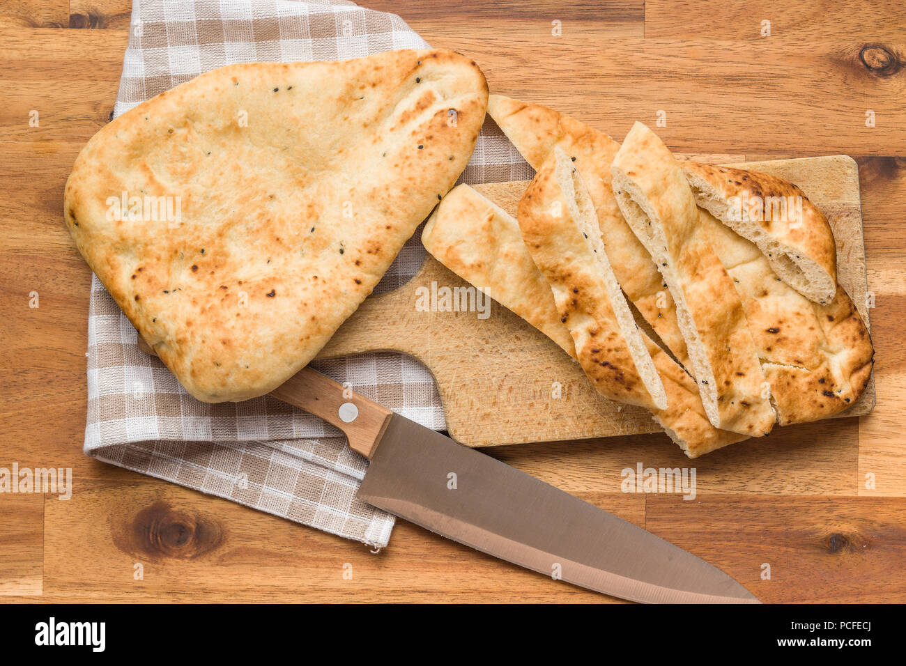 Pain naan indien sur la table en bois. Photo Stock