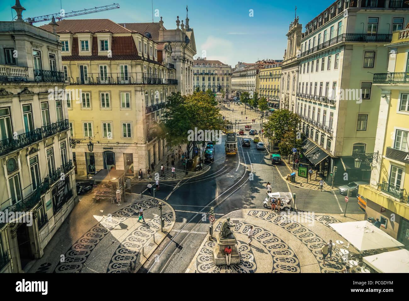 Lisbonne. Praca de Camoes Chiado avec en arrière-plan. Photo Stock