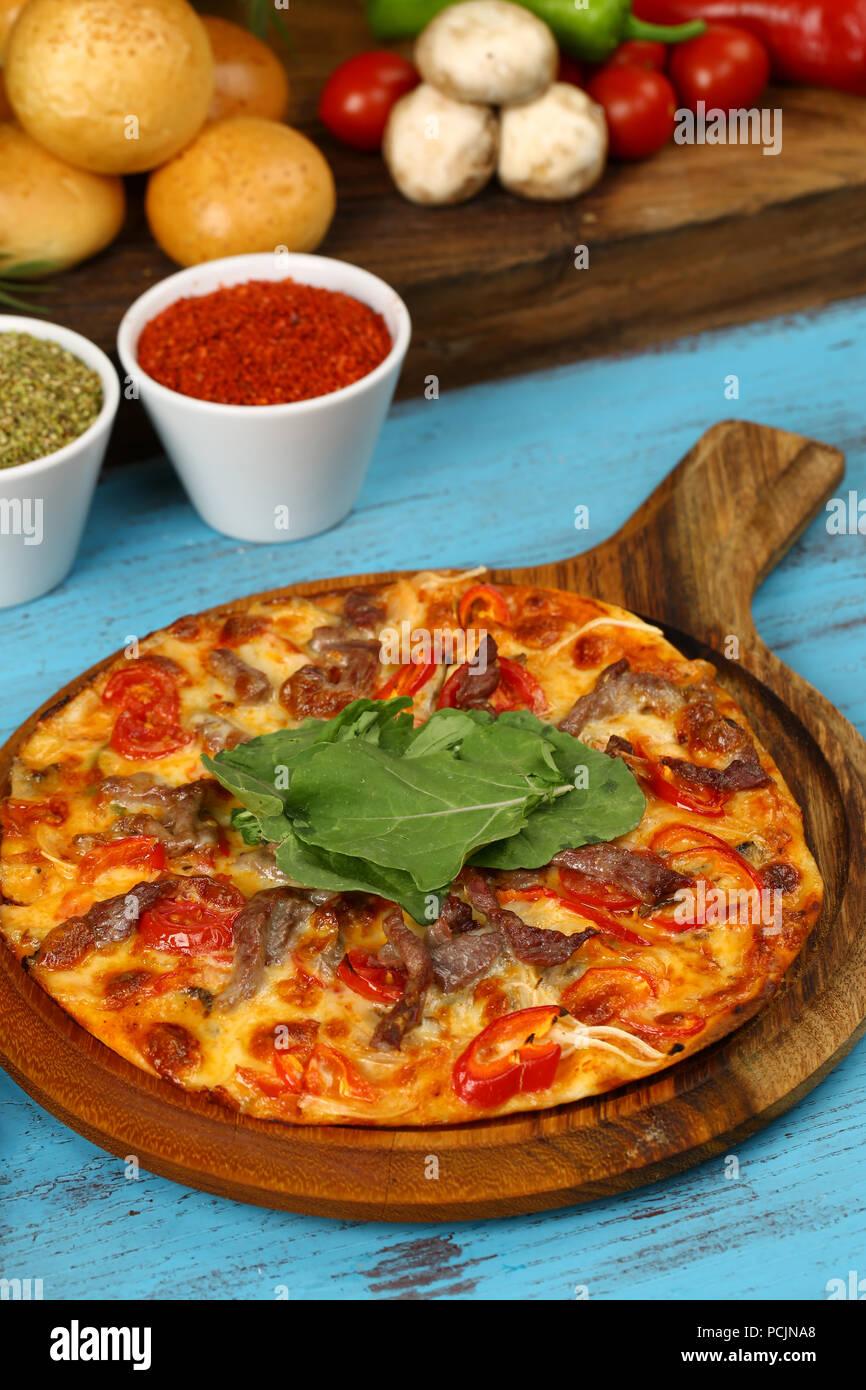 Delicious pizza italienne sur la table en bois Photo Stock