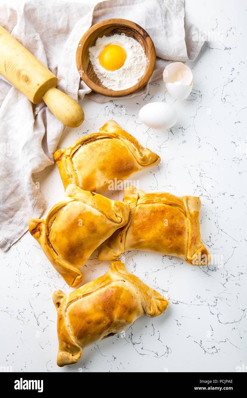 EMPANADAS chiliennes de Pino. Concept de cuisson le jour de l'indépendance. Empanadas sur fond blanc. Photo Stock